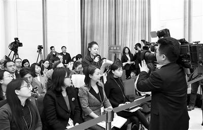 3月7日上午,在人民大会堂举行的甘肃代表团媒体开放日,成为中外各大媒体关注的焦点。甘肃日报记者 高樯/摄