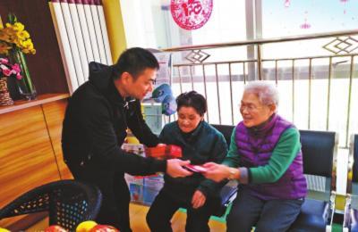 养老服务中心为老人送去新年礼物