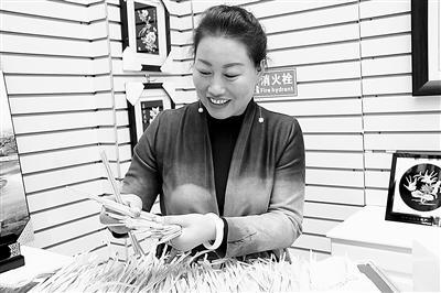 正在做麦秆画的唐彩萍 西部商报记者 陈振峰 供图