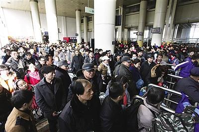 兰州火车站拥挤的人群 西部商报记者 丁凯 摄