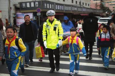 交警护送孩子们过马路 苏晓摄