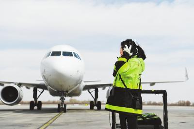 机务工作必须一丝不苟,确保安全。