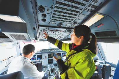 施倩进入飞机驾驶舱,查看飞机各仪表参数指示是否正常。