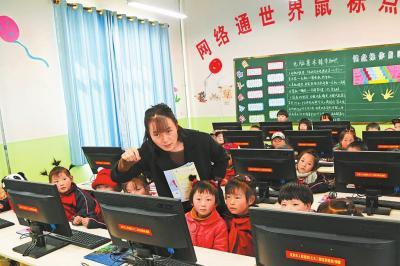 元古堆村小学的苟雁如老师利用网络教学。