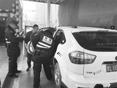 天水北路交通治安派出所民警对过往车辆进行例行检查。