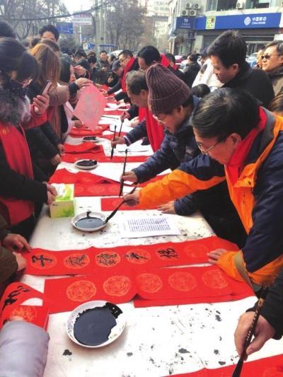 """1月27日、28日,广武门街道""""喜迎新春书法名家进社区""""活动在甘▲肃省老干部活动中心举行。来自甘肃省书法家协会的8位书法家现场书写春联,两天共送出春联百余副。记者张丹摄"""