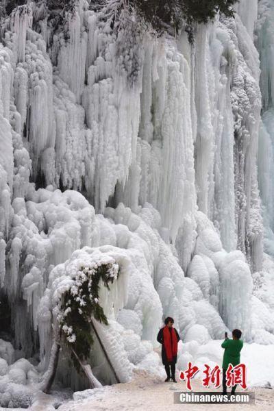 进入寒冬,甘肃省积石山县大墩峡景区现冰挂美景。史有东摄