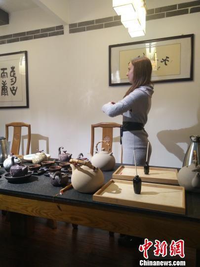 """图为""""丝路""""沿线国青年学习中国传统茶艺。 崔琳 摄"""