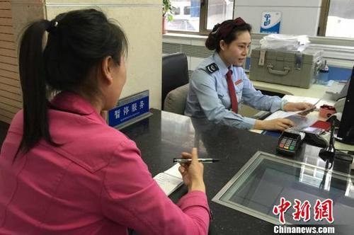 资料图:税纳人办理报税业务。 刘玉桃 摄