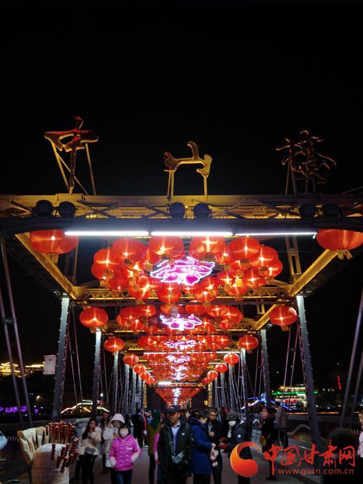 在春节来临之前,兰州市民走向中山铁桥提前,享受节日带来的祥和喜悦。