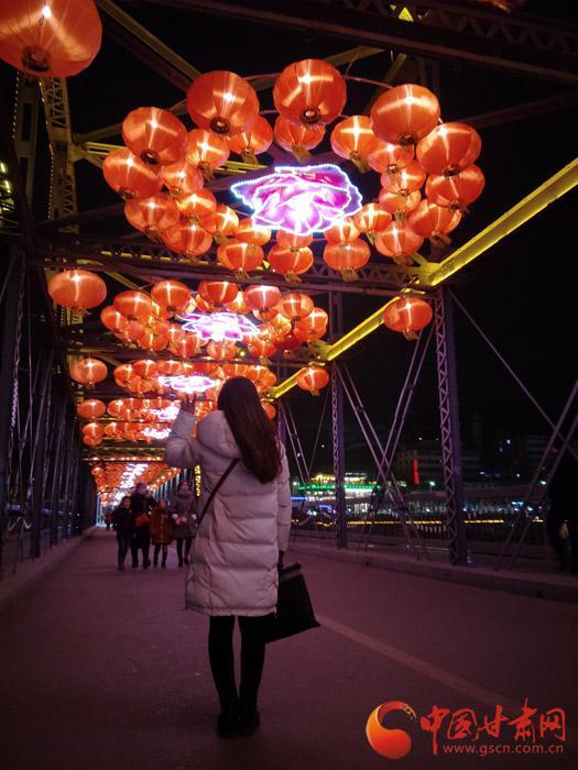 美女的背影,大红的灯笼,在百年铁桥见证爱情故事。