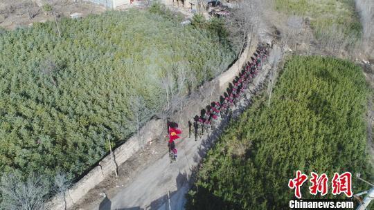 3月8日,甘肃平凉公安消防支队组织开展应急徒步拉练活动。 段雅婷 摄