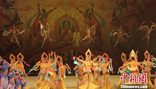 """资料图。甘肃经典舞剧《丝路花雨》、《大梦敦煌》,莫高窟石窟艺术展等已是中国对外文化交流的""""招牌"""",备受海外民众喜爱。图为舞剧《大梦敦煌》剧照。 杨艳敏 摄"""
