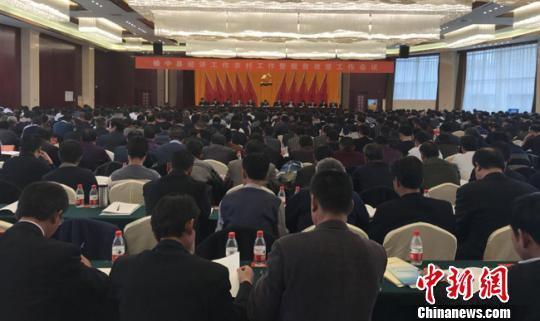 3月1日,甘肃省榆中县经济工作、农村工作暨脱贫攻坚工作会议举行。 艾庆龙 摄