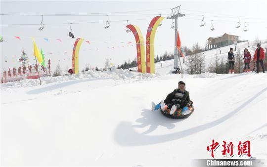 图为游客在滑雪。 史有东 摄
