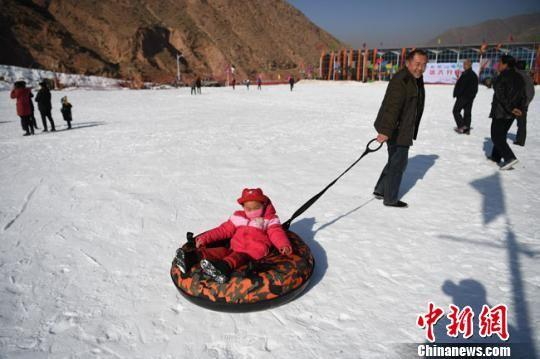 图为滑雪的小朋友。 钟欣 摄