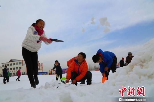 图为亲子堆雪人活动。 钱大伟 摄