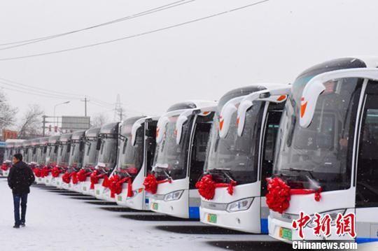 图为新购置的纯电动新能源公交车举行发车仪式。 江梅 摄