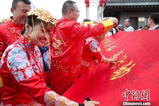 资料图:图为甘肃庆阳新人签署杜绝天价彩礼倡议书。 南如卓玛 摄