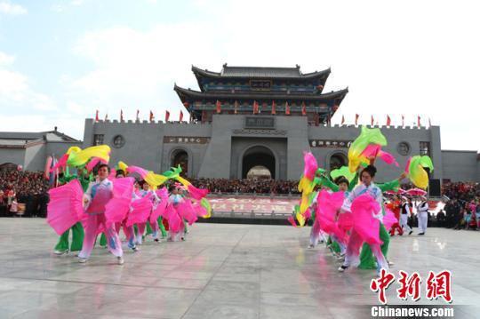 连日来,甘肃平凉市崆峒山大景区社火表演邀请赛在甘肃平凉崆峒区进行,16支队伍中9支来着农村。 艾庆龙 摄