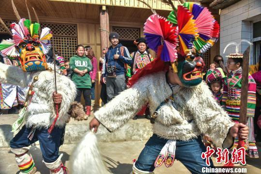 """""""池哥昼""""是居住在甘肃陇南市文县铁楼乡的白马人传承至今的一种民族舞蹈和传统祭祖活动。 陈治平 摄"""
