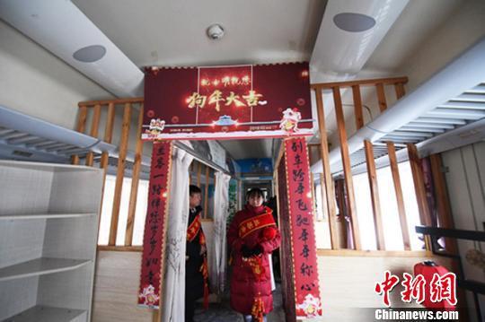 资料图。2018年春运期间,中国铁路兰州局集团的春运列车上挂灯笼、贴对联温暖归途中的旅客。 杨艳敏 摄