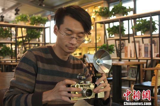 图为葛健向记者展示一台相机。 徐雪 摄