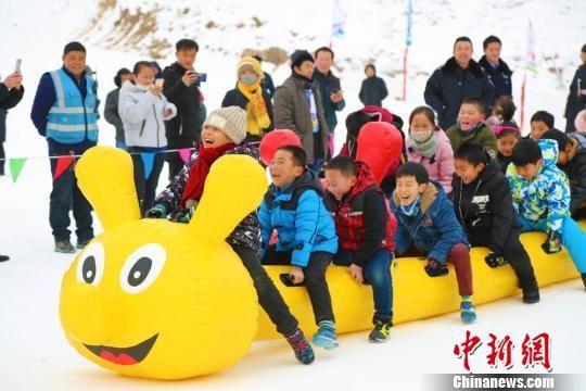 图为少年儿童参与雪地毛毛虫娱乐活动。 翟继宗 摄