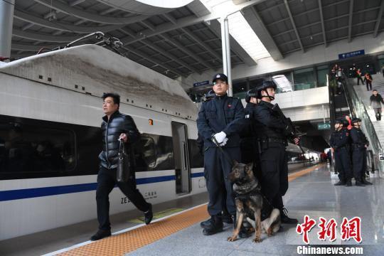 兰州铁路特警携警犬巡逻。 杨艳敏 摄