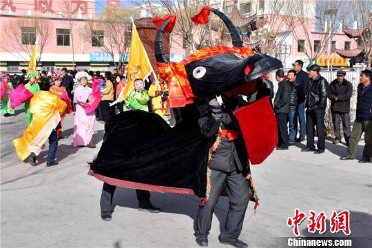 甘肃农村以耍社火的形式迎接即将到来的春节。 白玉辉 摄