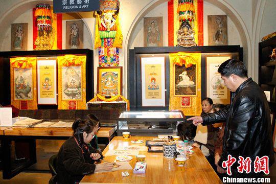 民众在书店宗教艺术专区内参观。中新社记者张添福摄