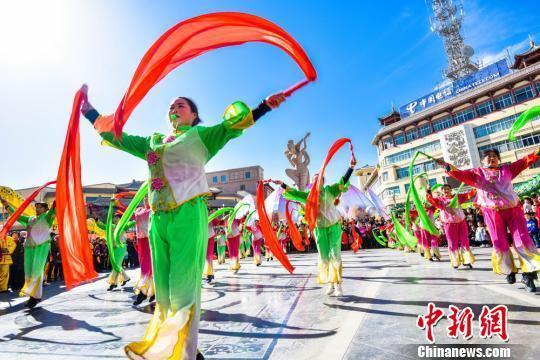 2月25日,中国农历正月初十,丝绸之路国际旅游名城甘肃敦煌迎来春节期间最热闹的一天。 王斌银 摄