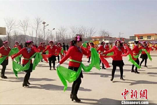 资料图。图为甘肃皋兰县石洞镇阳洼窑村妇女在元宵节时表演秧歌。 闫姣 摄