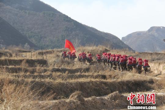 图为消防官兵徒步行走在黄土高坡上。 段雅婷 摄