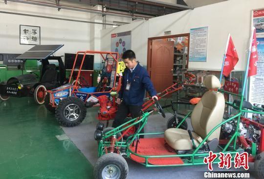 图为学生制造的各类车展示。 刘玉桃 摄