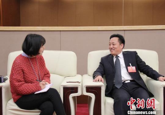 图为甘肃省人代代表、兰州市发展和改革委员会主任刘凤恒接受中新网记者采访。 高莹 摄