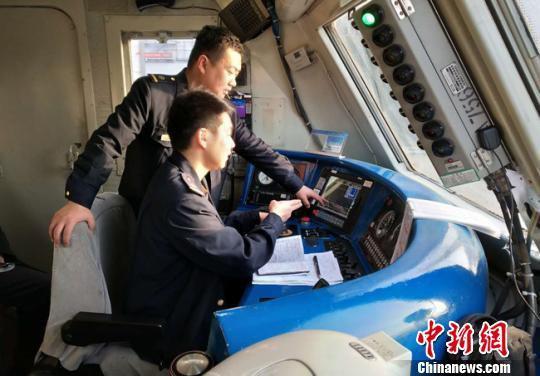 宋华正在指导帮助年轻火车司机提升技能。 何晓亮 摄