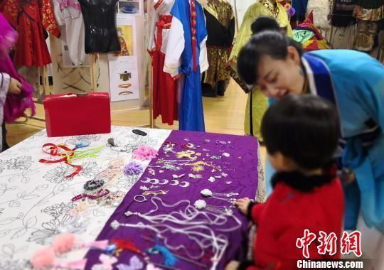 资料图:甘肃一幼儿园学校、家长、社会联合举办公益活动,助幼儿成长。 刘玉桃 摄