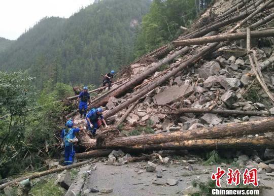 资料图:图为救援队参与地震救援。 钟欣 摄