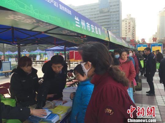 图为市民排队领取宣传资料。 杨娜 摄