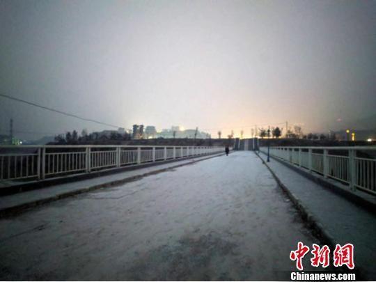 图为12月13日傍晚,甘肃庆阳市境内迎来久违降雪。 李超红 摄