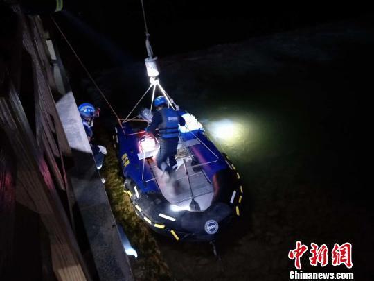 资料图:图为救援队打捞搜救。 钟欣 摄