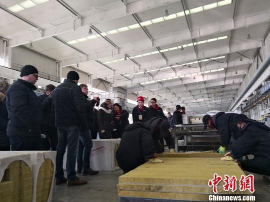 图为1月上旬,白俄罗斯建筑企业考察团参观考察甘肃建投相关生产线。冯志军 摄
