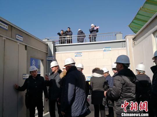 """图为1月上旬,白俄罗斯建筑企业考察团参观甘肃建投""""钢结构""""建筑。冯志军 摄"""