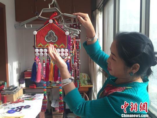 冬日里,甘肃裕固族文化传承人瑙尔姬斯在家里的工作室绣制裕固族服饰配饰。 杨娜 摄