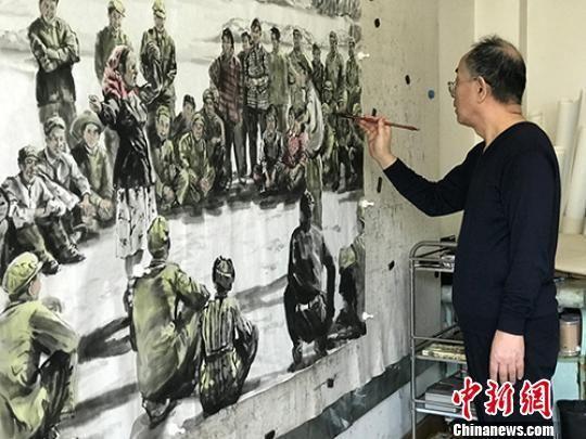 """兰州画家王鸿庆在画室中创作一幅""""老兰州""""民俗国画。 郝赢 摄"""