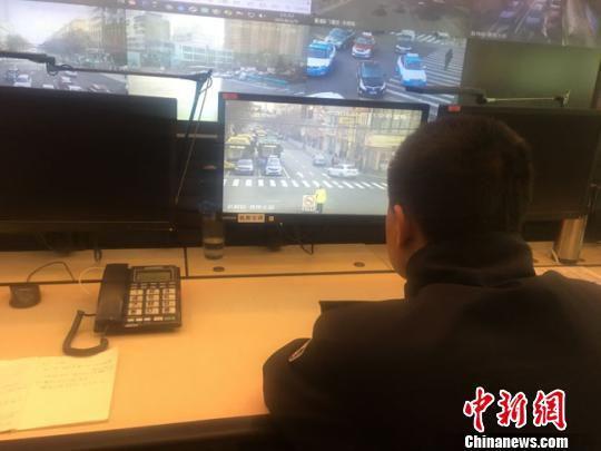 图为在兰州市公安局交警支队交通指挥中心,民警紧盯电脑屏幕,进行实时监控,哪个路段有拥堵,为什么拥堵,屏幕上显示得一清二楚。 张婧 摄