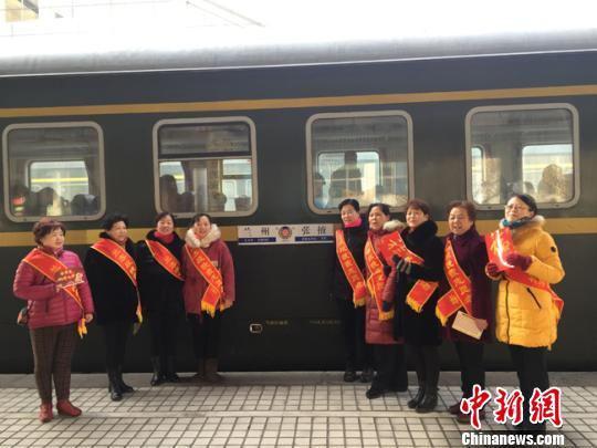 """年关将至,兰州客运段""""晚霞服务队""""的志愿者在火车站为旅客提供乘车服务。 杨娜 摄"""