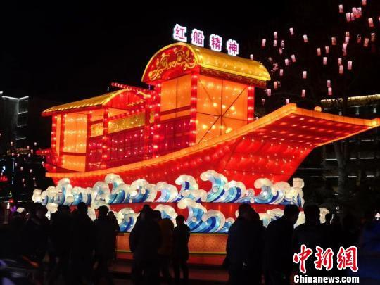 """图为按同比例制作的,以1921年中国共产党第一次全国代表大会在浙江嘉兴南湖的一条游船为原型的""""红船精神""""灯组。 杜萍 摄"""