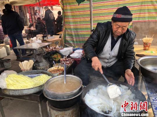 春节期间,甘肃甘谷县街头特色小吃凉粉飘香添年味。 徐雪 摄